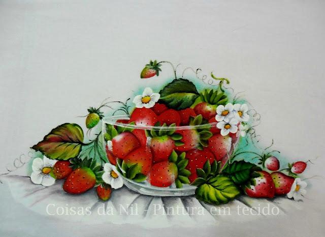 pano de copa com pintura de tigela de vidro e morangos