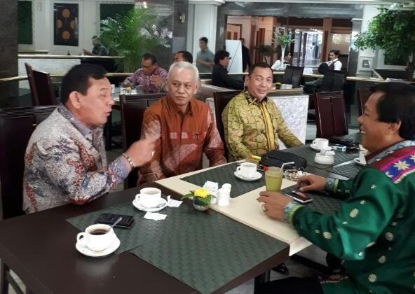 Irjel Pol (purn) Ricky P Sitohang bertbincang kepada para panitia sebelum pelantikan