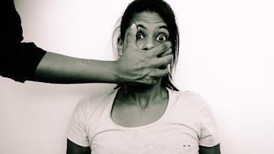 Resultado de imagem para foto pessoa tapando a boca