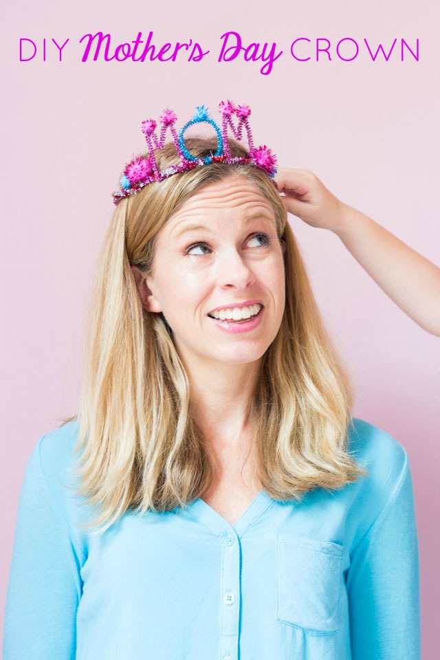 Make mom her own special crown for Mother's day with pipe cleaners and pom-poms!