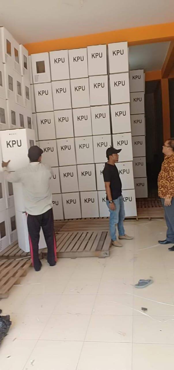 Ketua KPU Langkat Agus Arifin meninjai kotak suara yang sudah di rakit di gudang KPU.
