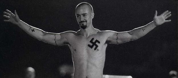 Mazedonier wegen Hakenkreuz-Tattoo und Hitler Postings in den Knast