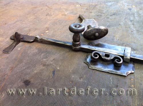 Clenche en acier forgé réalisée par Boris Klein Ferronnier forgeron