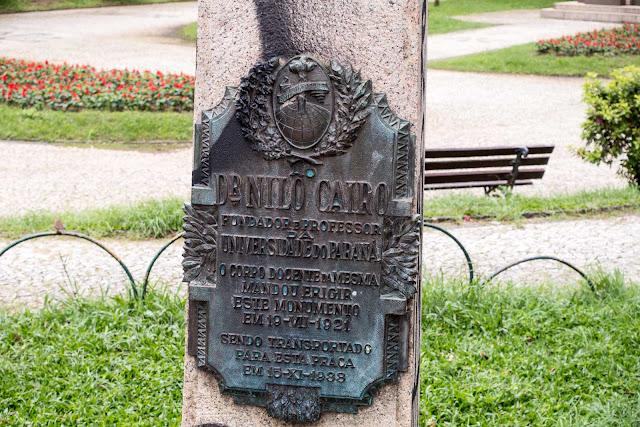 Placa junto ao busto de Nilo Cairo, na Praça Santos Andrade, em Curitiba