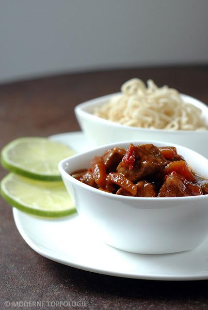 Asiatisches Chili-Schweingulasch aus dem Schmortopf mit Mie-Nudeln.