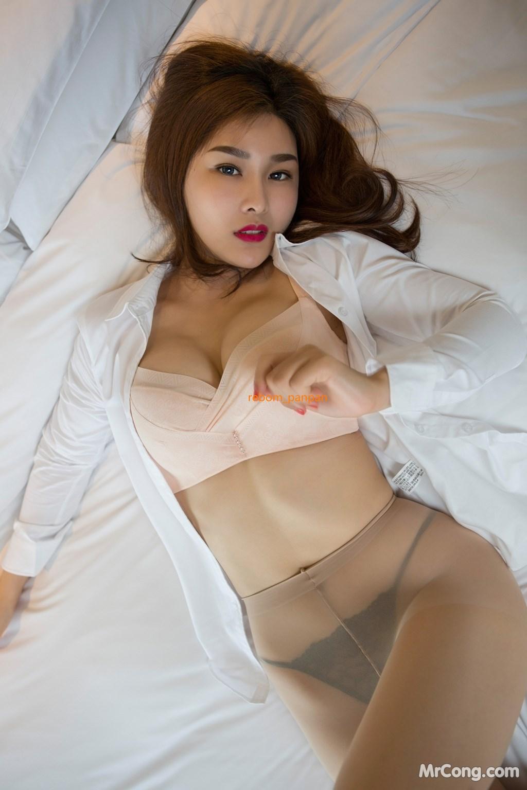 Image Yan-Pan-Pan-Part-4-MrCong.com-015 in post Người đẹp Yan Pan Pan (闫盼盼) hờ hững khoe vòng một trên giường ngủ (40 ảnh)