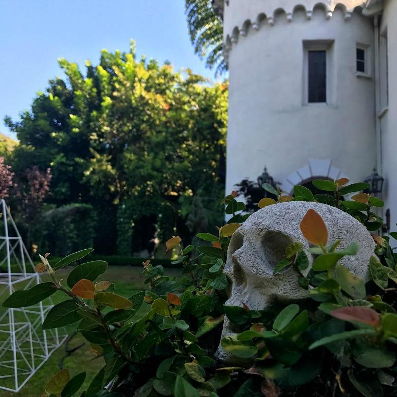 Ornamentos góticos y oscuros en el jardín