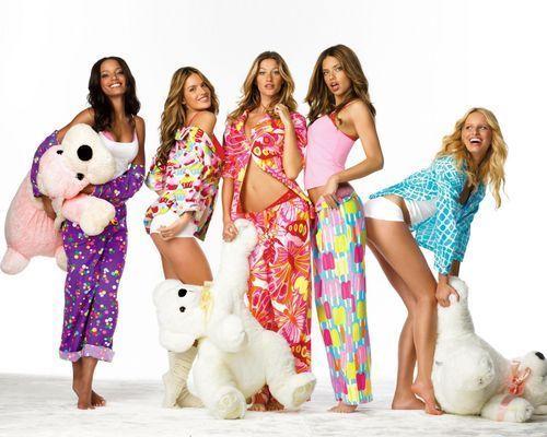 6d57381beab54c2 Это могут быть теплые фланелевые пижамы, комплекты в стиле «майка-шорты»,  роскошные рубашки, полупрозрачные пеньюары, разнообразные «будуарные»  наряды из ...
