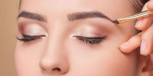 maquillando las cejas