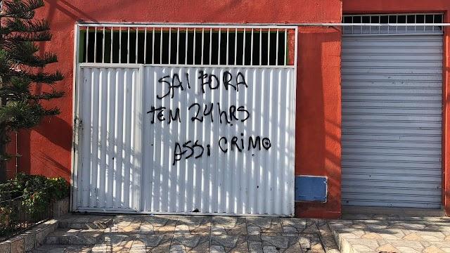 Moradores têm casas pichadas com mensagens de ameaça em Caucaia/CE