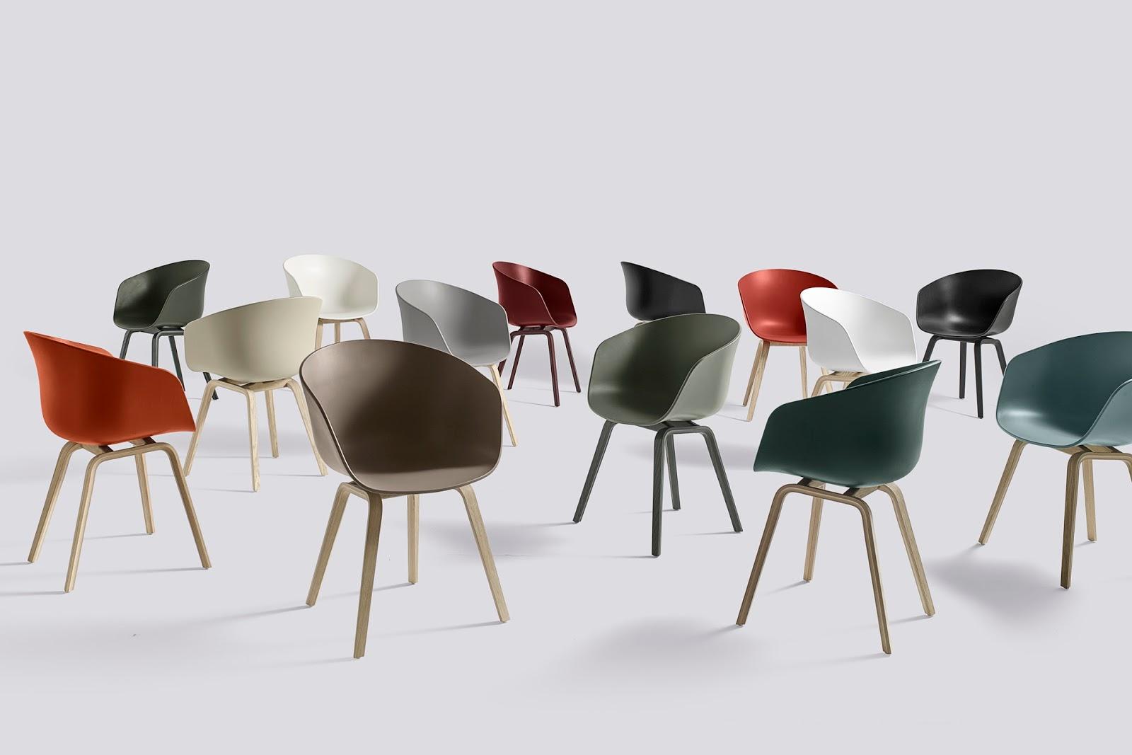 Modern minimalistisch interieur met stoelen koffietafel vloerlamp