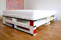 cama doble colorida hecha con palets