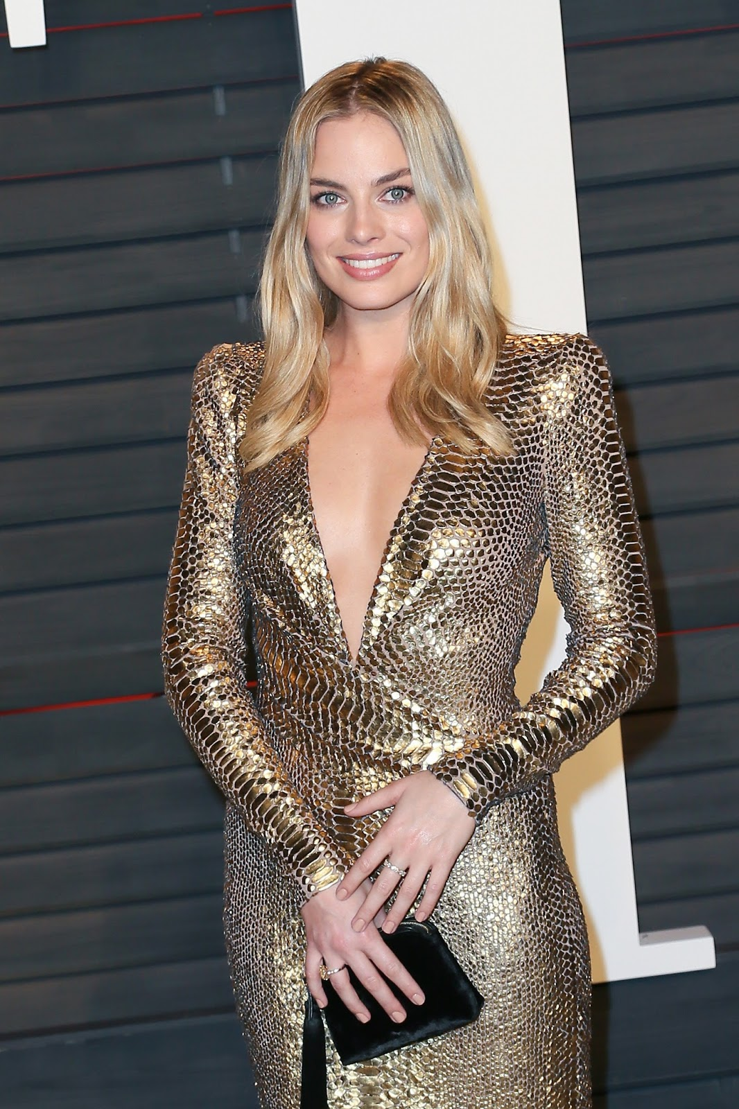 Dimple Girl Wallpaper Margot Robbie Cleavage Show Photos