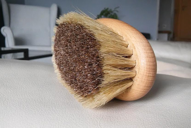 masaż szczotką na mokro