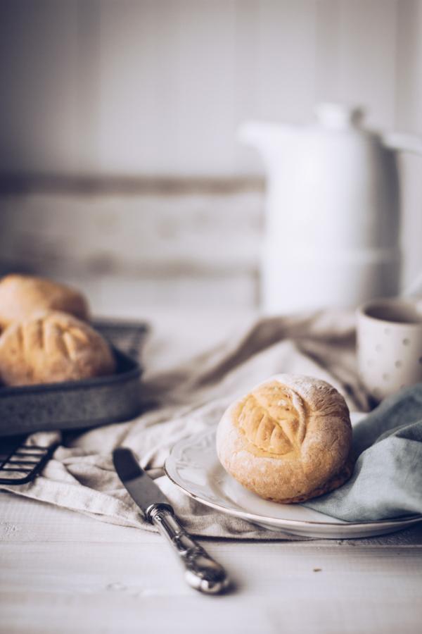 Rezept: Die perfekten fluffigen Kürbis-Brötchen zum Frühstück, Brunch oder als Beilage zur Suppe oder Eintopf. Titatoni.de