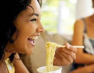 Balita dan Ibu Hamil Amankah Makan Mie Instan?