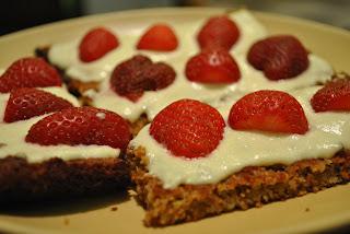 здравословни ядкови крекери с крема сирене и ягоди