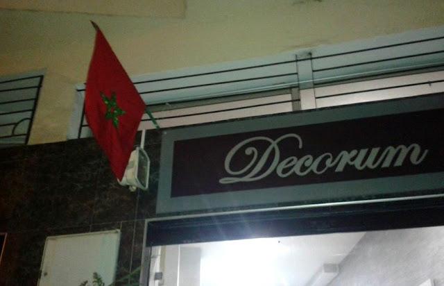 Marokańska flaga wywieszona na sklepie z okazji 40 rocznicy Zielonego Marszu
