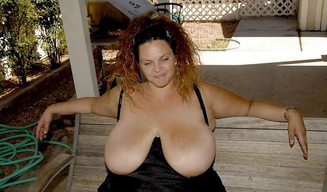 Bild von sehr schlaffen Brüsten einer Milf
