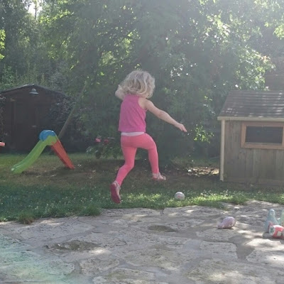 enfant saute dans le soleil
