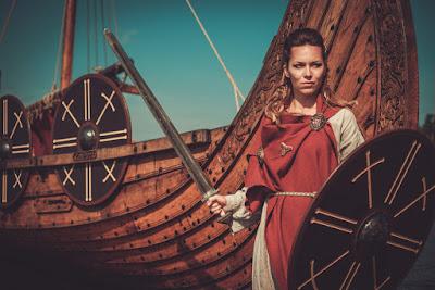 Mujer vikinga teatralizacion asentamiento en Islandia