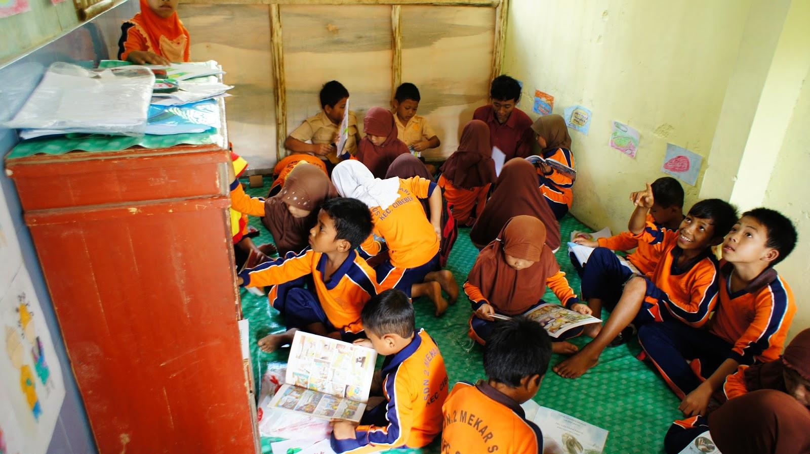 anak-anak membaca di perpustakaan Book for Mountain Lebak Banten