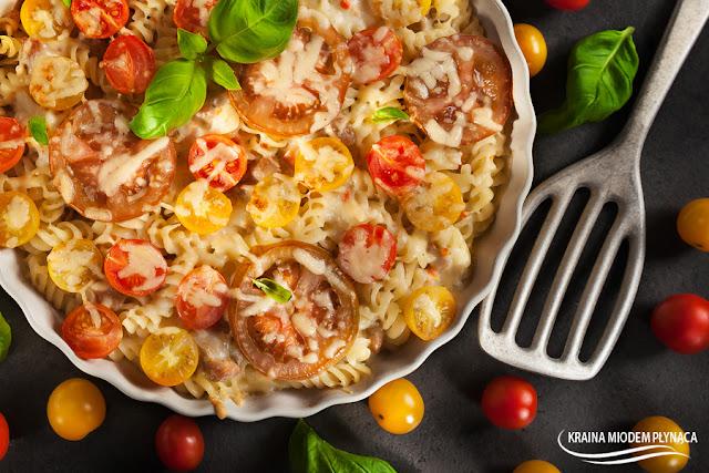 zapiekanka makaronowa z serem, zapiekanka z makaronem, zapiekanka z mozzarellą, zapiekanka z pomidorami, prosta zapiekanka, zapiekanka z kurczakiem, kraina miodem płynąca,