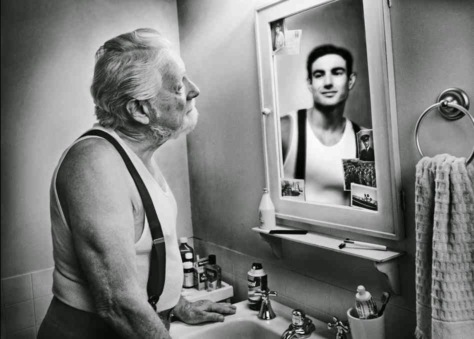 Risultati immagini per uomo che si guarda allo specchio