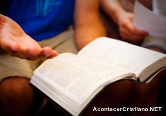 Evangelizando con la Biblia a otros