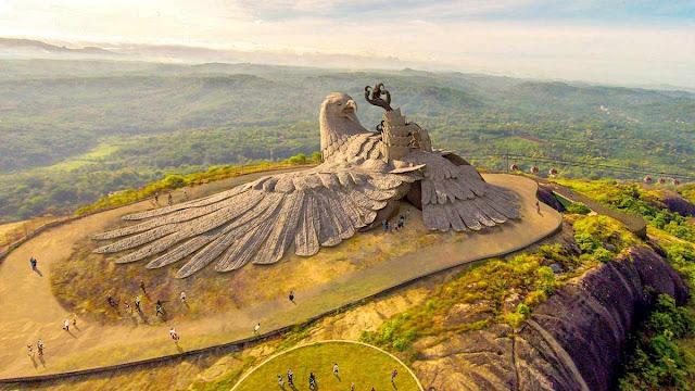 estatua-gigante-aguila-Jatayu-monumento-india