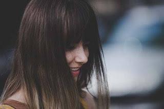 menggambarkan seorang perempuan yang memang seringkali menyimpan sebuah tangis dalam tawa Tertawa Dalam Tangis