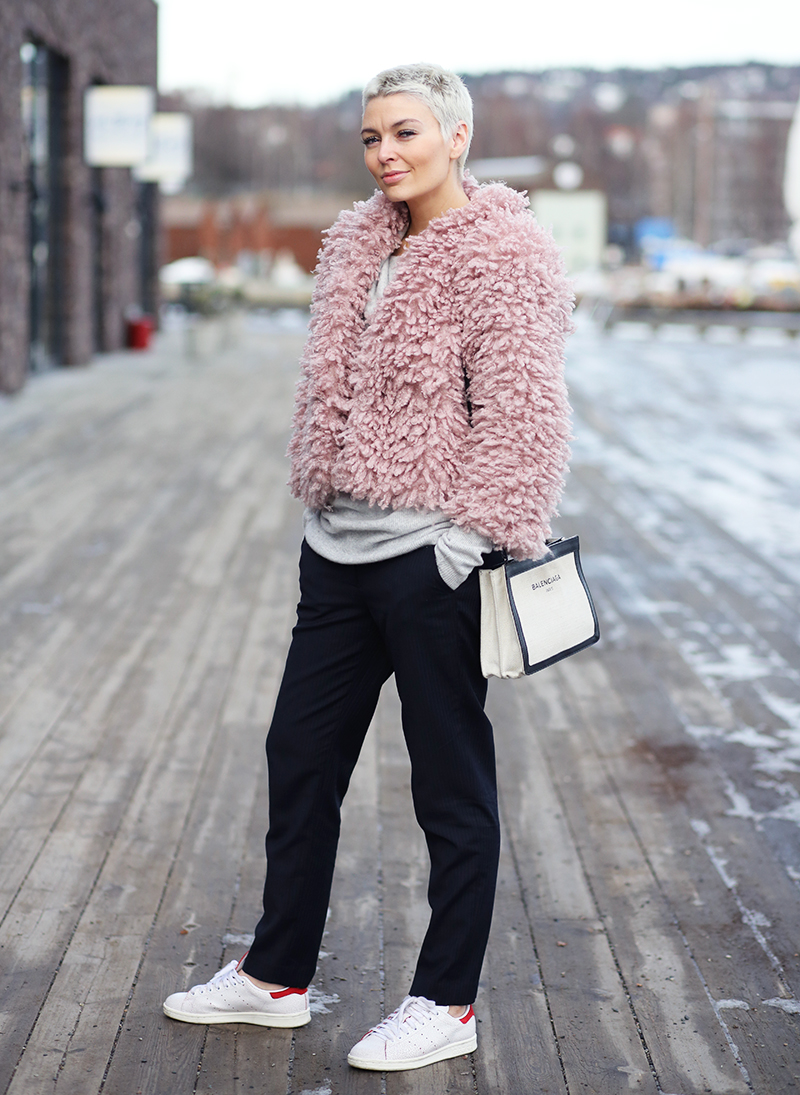 362ac7f20c07 Marie Ullevoldsater is wearing a pink H&M fur coat, black Mq pants and Stan  Smith Adidas sneakers.