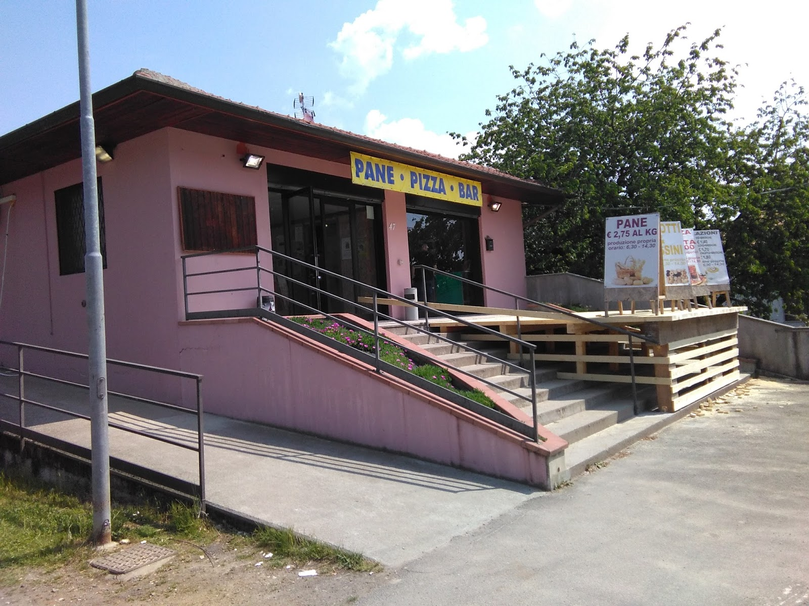L esterno del locale con la terrazza in costruzione