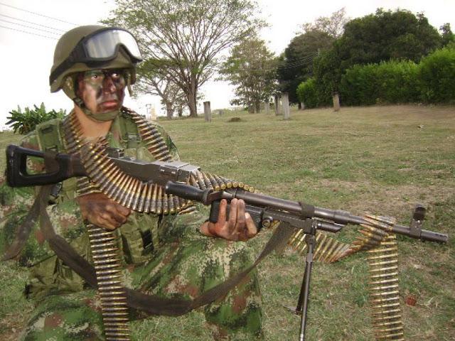 La foto de un tipo con una cinta de munición kilométrica.