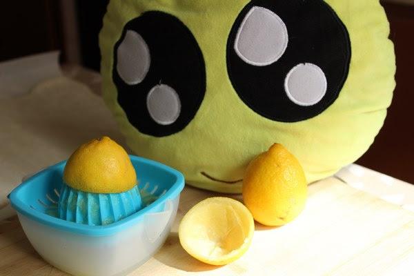 Exprimiendo limones para el pastel de fresa