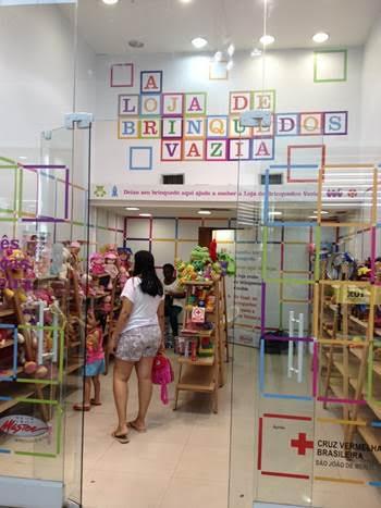 3961d83dc7301 Entre os dias 23 de setembro e 30 de outubro retorna ao Shopping Grande Rio  a  Loja de Brinquedos Vazia , projeto social com o intuito de receber  doações ...