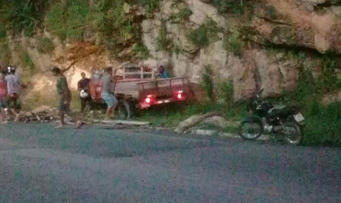 Carro invade contramão, provoca acidente e motorista foge na saída de Jacobina