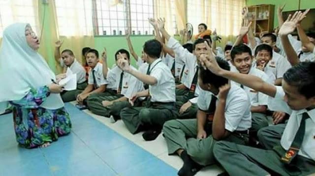 Tak Miliki Kaki Yang Sempurna, Dedikasi Guru Ini Membuat Netizen Terharu
