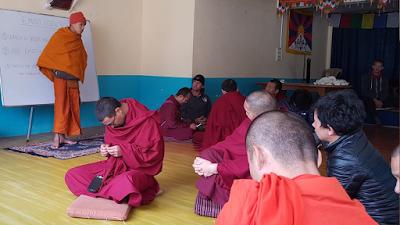 Los voluntarios y voluntarias dan clase de conversación a los refugiados tibetanos