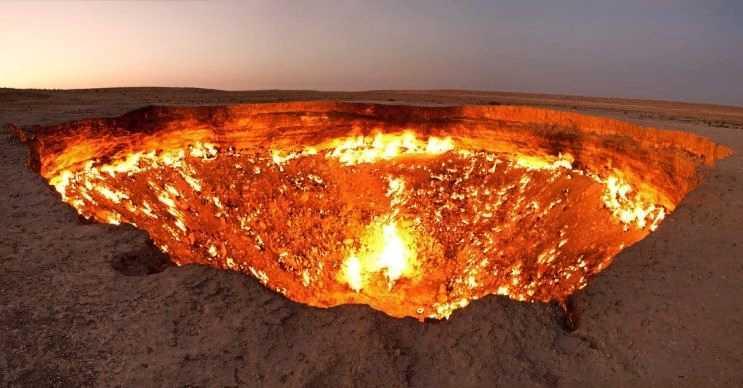 Darvaza gaz krateri 50 yıl önce keşfedilmişti, o gün bugündür hala yanıyor.