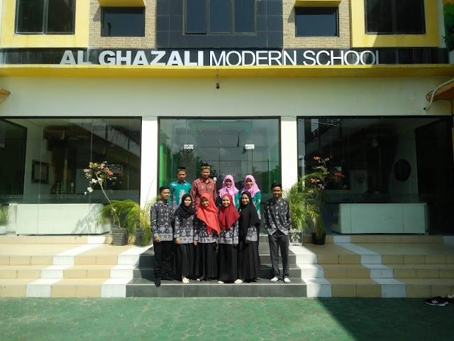 Kunjungan Study Lapangan Manajemen Sekolah di SMP IT Al Ghazali Modern School Kota Palangka Raya