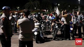 Aksi awak mobil tangki Pertamina hadang mobil Jokowi./Foto: CNN Indonesia
