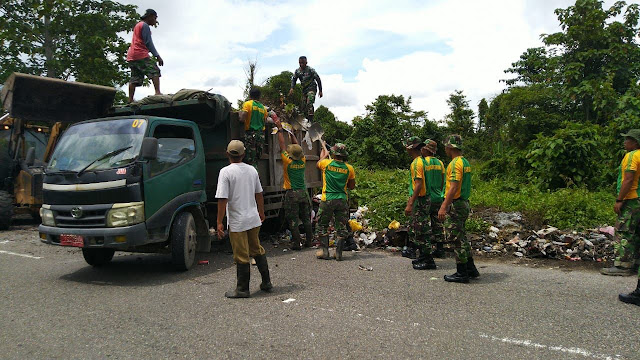 Aksi Peduli Lingkungan di Mimika, Brigif 20 dan Warga Bersihkan Sampah