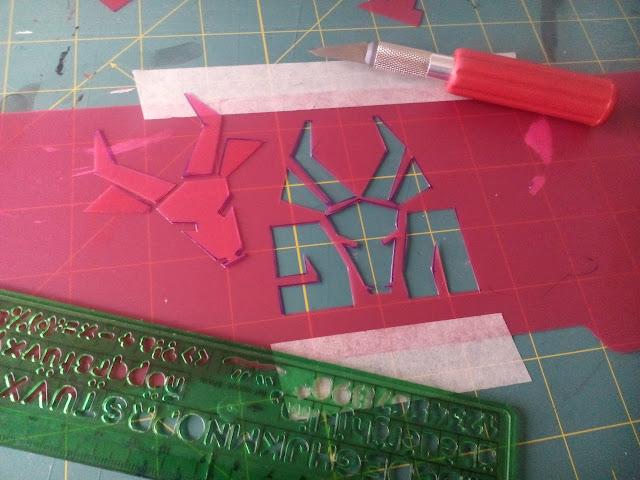 Preparando el logo del grupo musical Die Antwoord para hacer serigrafía con plantillas de plástico