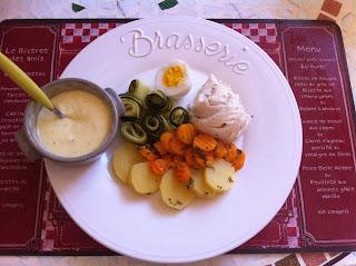 Poisson et légumes cuits dans un court-bouillon parfumé et sa sauce aïoli