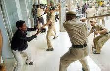 पुलिस की क्राउड की तरह ब्यवहार