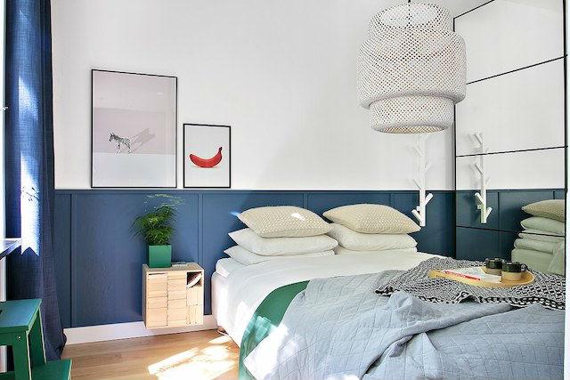 dormitorio con pared pintada a media altura, y armario con espejo