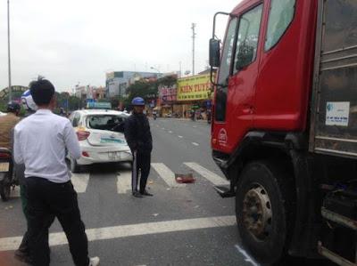 Hiện trường vụ tai nạn do chiếc xe tải vượt ẩu…