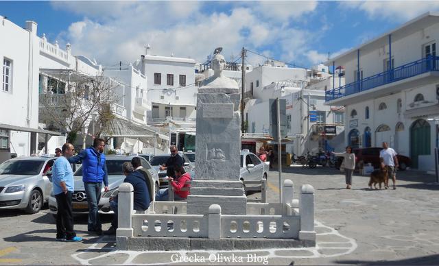 Marmurowy pomnik na Placu Manto, postój taksówek