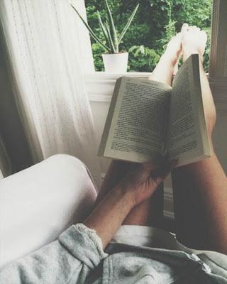 foto leyendo libro en sofá mostrando las piernas